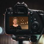 Kamera-Display zeigt Predigerin Athina Lexutt