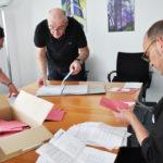 Stimmen der Briefwahlen werden aufgezählt