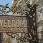 """Schild mit der Aufschrift """"Welcome"""""""