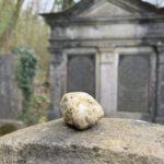 Das Steinchen auf einem jüdischen Grabmal zeigt: Die verstorbene Person ist unvergessen.