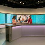 Moderatorin Constanze Abratzky (r.) hat Stephanie Kola zu Gast im Phoenix-Studio in Bonn.